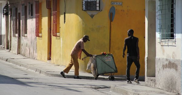 A man pushes a cart on the streets of Santiago.